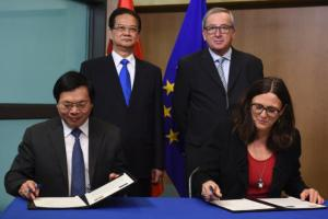 Signing ceremony for the conclusion of the negotiations of a EU/Vietnam Free Trade Agreement (FTA), by Vũ Huy Hoàng, seated, on the left, and Cecilia Malmström, seated, on the right, in the presence of Nguyễn Tấn Dũng, standing, on the left, and Jean-Claude Juncker